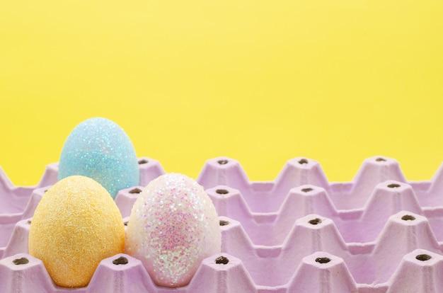 Eieren voor paasdag en festival zetten in eierrekje.