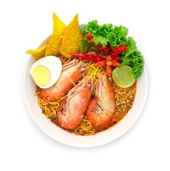 Eiernoedels met garnalen in pittige soep (tom yum goong)