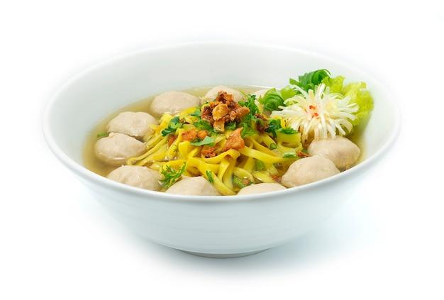 Eiernoedels met varkensvleesballetjes in heldere soep