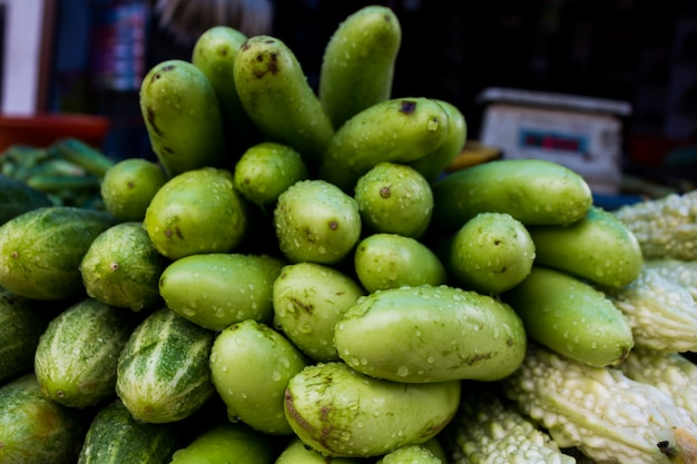 Eierplant, komkommers en bittere kalebas op een markt in india