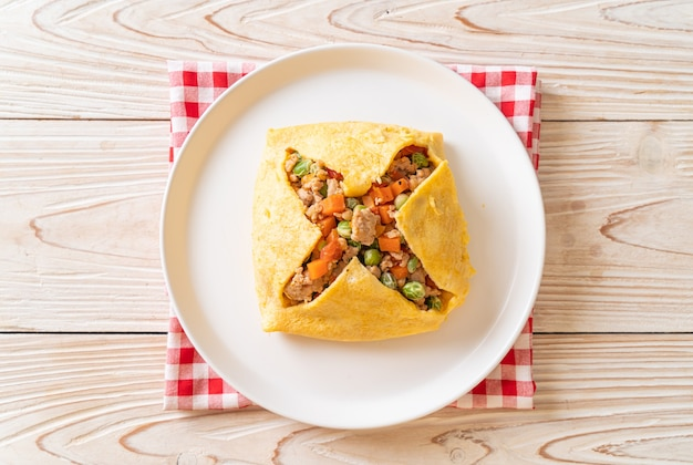 Eierwrap of gevuld ei met varkensgehakt, wortel, tomaat en doperwt