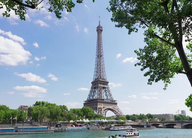 Eiffel-tour over de rivier de seine met boom, parijs, frankrijk