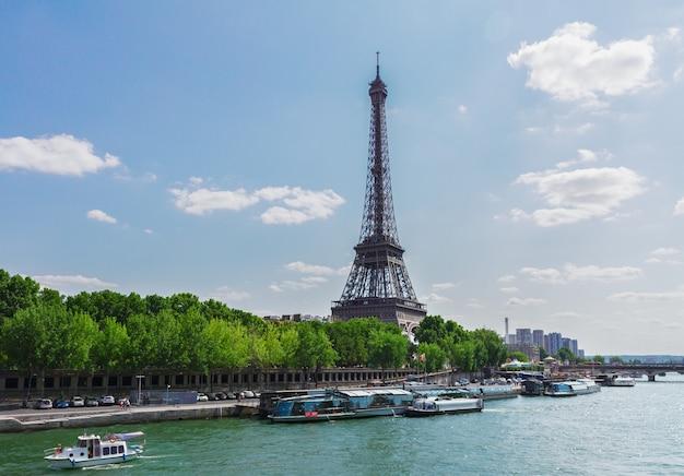 Eiffel tour over het water van de rivier de seine, parijs, frankrijk