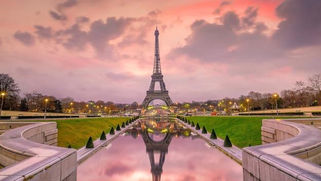 Eiffeltoren bij zonsopgang vanaf de trocadero-fonteinen in parijs, frankrijk