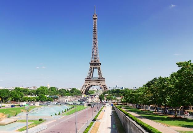 Eiffeltoren en parijs stadsgezicht in zonnige zomer zonnige dag, frankrijk