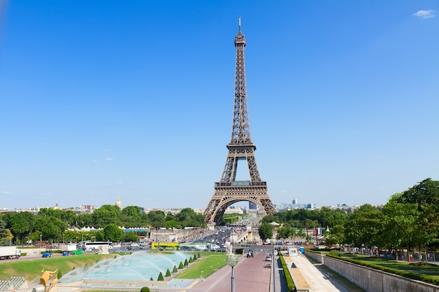 Eiffeltoren en parijs stadsgezicht in zonnige zomerdag, frankrijk