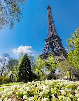 Eiffeltoren in het voorjaar met bloemen en verse bladeren rond