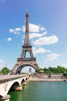 Eiffeltoren over de rivier de seine op zomerdag, parijs, frankrijk