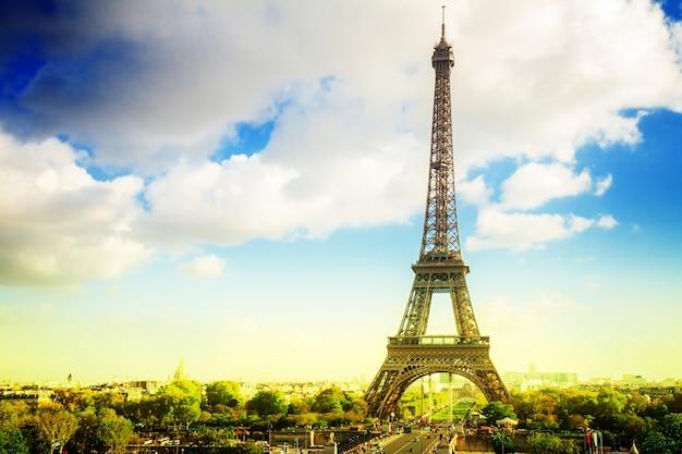 Eiffeltour vanaf trocadero-heuvel, parijs, frankrijk, retro afgezwakt