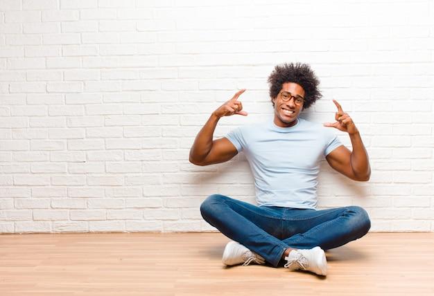 Eigen glimlach inlijsten of schetsen met beide handen, op zoek naar positief en gelukkig, wellnessconcept