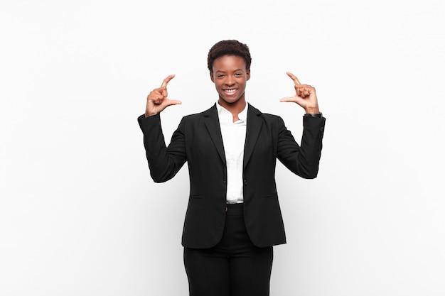Eigen glimlach inlijsten of schetsen met beide handen, op zoek naar positief en gelukkig, wellnessconcept Premium Foto