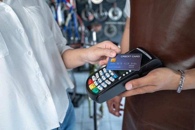 Eigenaar van een fietsenwinkel deze winkel is een klein bedrijf. die accepteren betaling per creditcard