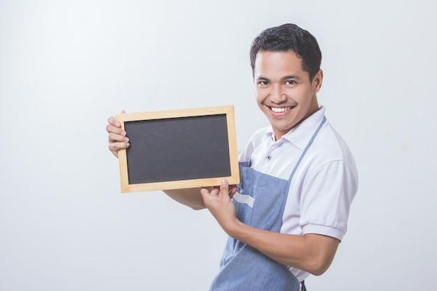 Eigenaar van een klein bedrijf winkel met zwarte bord
