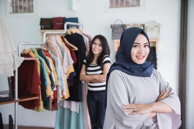 Eigenaar van een modewinkel en haar assistent