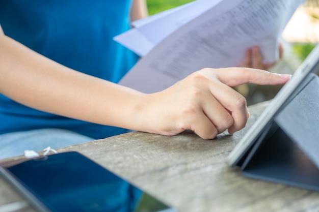 Eigenaar zittend op de jaarlijkse belastingberekening armbanden van omzet om de belasting te verlagen.