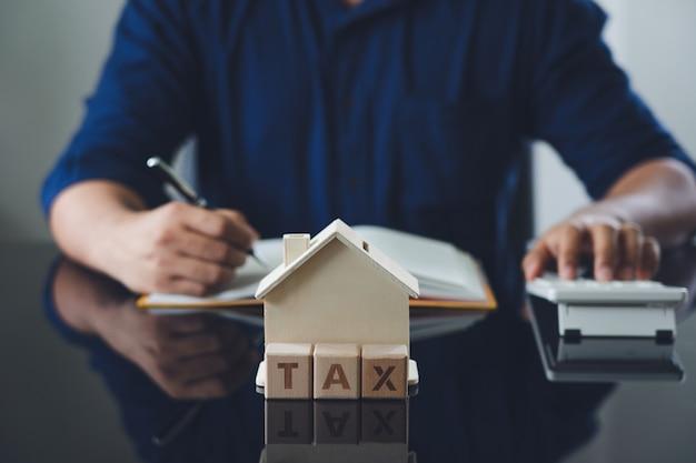 Eigenaar zittend op de jaarlijkse belastingberekening