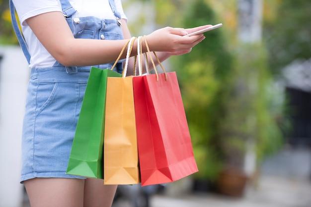 Eigenaars controleren lijst met producten en leveringslijst online winkelen concept