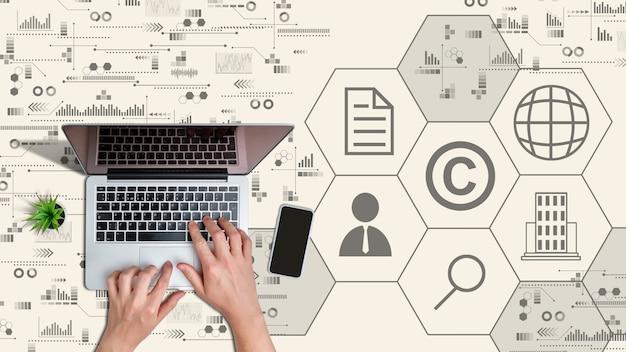 Eigendom en intellectuele eigendom bescherming concept. handen op laptop.