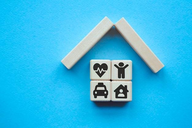 Eigendom verzekering concept. klein speelgoedhuis. concepten voor gezondheidszorg en medisch
