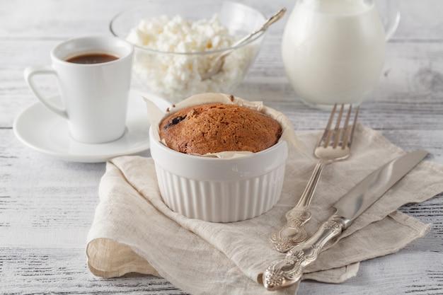Eigengemaakt biscuitgebak met droge amerikaanse veenbessen en kop van koffie. selectieve nadruk op het biscuitgebak