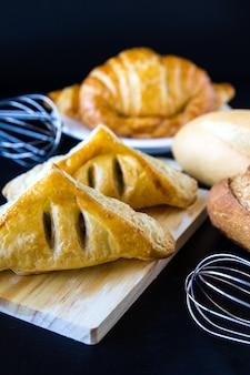 Eigengemaakt broden of broodje op houten achtergrond, ontbijtvoedsel
