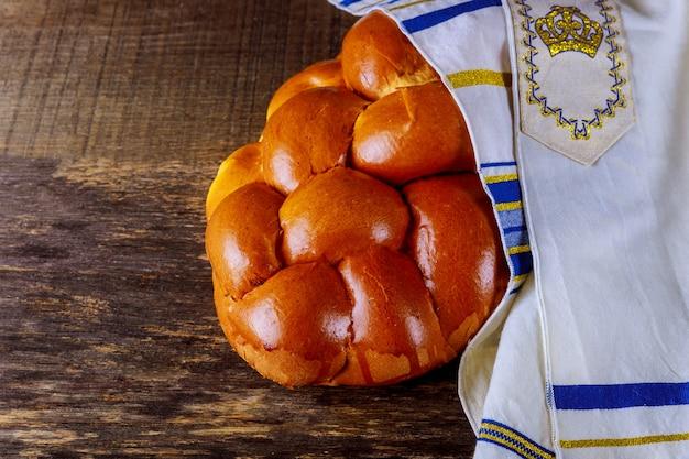 Eigengemaakt challahbrood met grijze achtergrond, selectieve nadruk