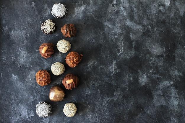 Eigengemaakt chocoladesuikergoed voor de dag van valentine op donkere achtergrond met copyspace
