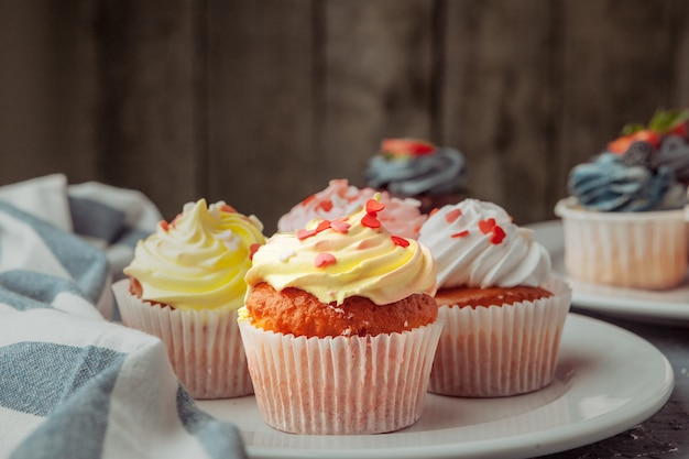 Eigengemaakt cupcakes traditioneel amerikaans zoet gebakken dessert met bessen
