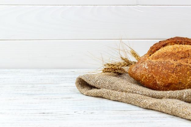 Eigengemaakt die brood van tarwebrood op hout wordt gebakken