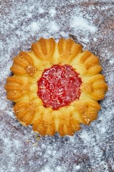 Eigengemaakt enkel koekje op het houten bord.