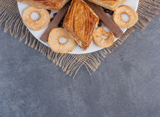 Eigengemaakt gebak en gedroogd fruit op witte plaat.
