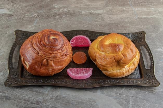 Eigengemaakt gebak en suikergoed op metaaldienblad