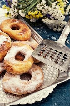 Eigengemaakt gebakken donuts op een plaat