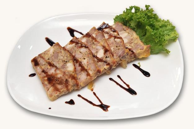 Eigengemaakt gehaktbrood met salade en saus op een plaat