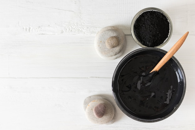 Eigengemaakt gezichtsmasker en scrub door geactiveerd houtskoolpoeder en yoghurt