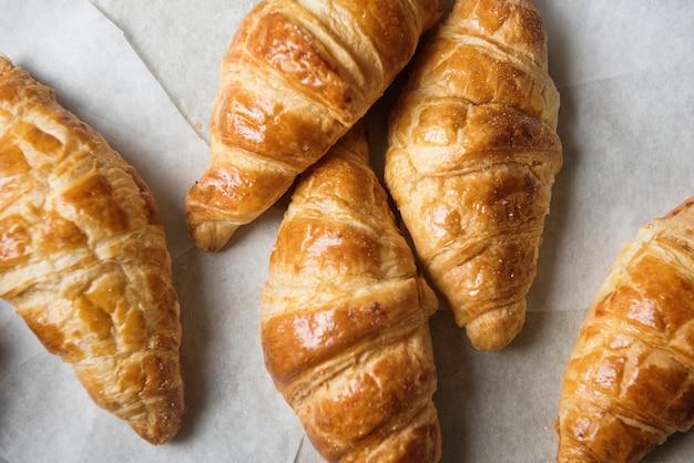 Eigengemaakt het receptidee van de croissantvoedselfotografie