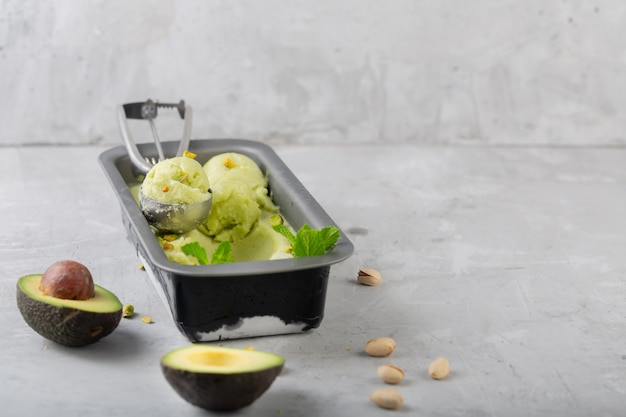 Eigengemaakt organisch avocado en muntroomijs in een kom met exemplaarruimte