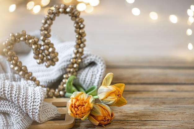 Eigengemaakt romantisch stilleven met decoratief hart en gebreid element op vage achtergrond met de ruimte van het bokehexemplaar.