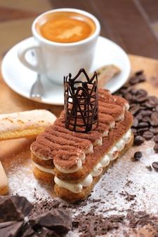 Eigengemaakt tiramisu-cake traditioneel italiaans dessert