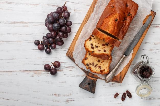 Eigengemaakt vers gebakken cakebrood met rozijnen. pondcake