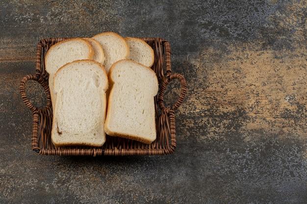 Eigengemaakt wit brood in houten mand