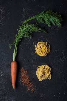Eigengemaakt worteldeeg met saffraan op donker