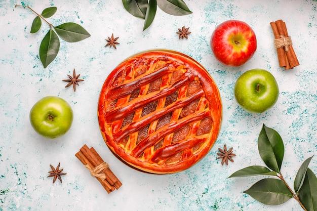 Eigengemaakte appeltaart op licht