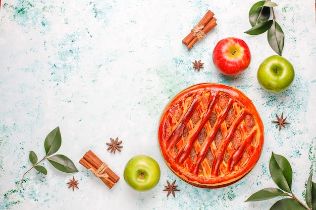 Eigengemaakte appeltaart op lichte lijst