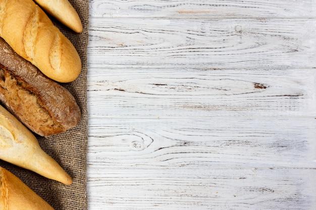 Eigengemaakte baguettes op houten lijst. detailopname