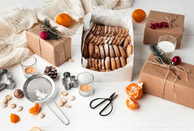 Eigengemaakte bakkerij die, peperkoekkoekjes in vorm van kerstboomclose-up maken.