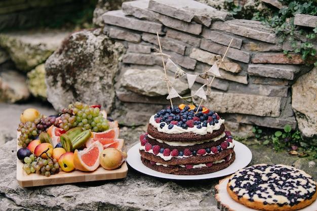Eigengemaakte cake met gesneden bessen en fruit
