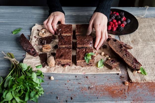 Eigengemaakte chocolade brownies op donkere oppervlakte.