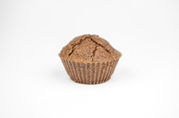 Eigengemaakte chocoladebruine muffins die op witte achtergrond worden geïsoleerd