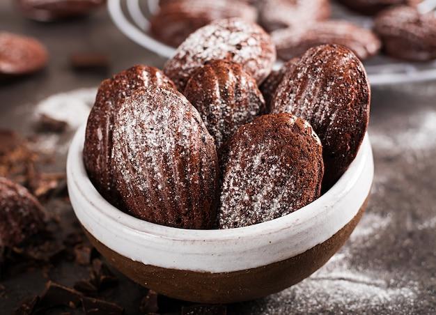 Eigengemaakte chocolademadeleines op donkere lijst